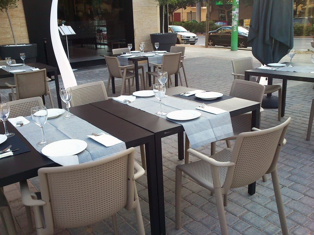 Black aluminium tables and chairs